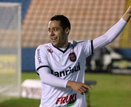 Depois de boa troca de passes com Felipe, Ramon ganhou da zaga e marcou o gol Xavante, no empate com o Oeste. Foto: Jonathan Silva
